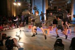NEW YORK NY - MAJ 19: Ungar på Matilda musikalen på de Ralph Lauren Fall 14 barnens modeshow arkivfoto