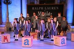 NEW YORK NY - MAJ 19: Ungar på Matilda musikalen på de Ralph Lauren Fall 14 barnens modeshow Royaltyfri Fotografi