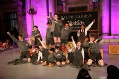 NEW YORK NY - MAJ 19: Ungar på Matilda musikalen på de Ralph Lauren Fall 14 barnens modeshow Arkivbild