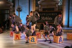 NEW YORK NY - MAJ 19: Ungar på Matilda musikalen på de Ralph Lauren Fall 14 barnens modeshow arkivbilder