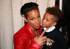NEW YORK, NY - 19 MEI: Alicia Keys en haar zoon Egypte Dean in Ralph Lauren Fall 14 de Modeshow van de Kinderen Royalty-vrije Stock Foto