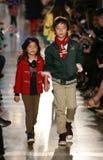 NEW YORK, NY - 19 MEI: De modellen lopen de baan in Ralph Lauren Fall 14 de Modeshow van de Kinderen Stock Afbeeldingen