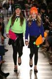 NEW YORK, NY - 19 MEI: De modellen lopen de baan in Ralph Lauren Fall 14 de Modeshow van de Kinderen Royalty-vrije Stock Foto