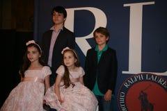 NEW YORK, NY - 19 MEI: Een jong geitjegasten vóór baan in Ralph Lauren Fall 14 de Modeshow van de Kinderen Stock Foto's