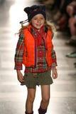 NEW YORK, NY - 19 MEI: Een model loopt de baan in Ralph Lauren Fall 14 de Modeshow van de Kinderen Royalty-vrije Stock Afbeeldingen