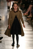 NEW YORK, NY - 19 MEI: Een model loopt de baan in Ralph Lauren Fall 14 de Modeshow van de Kinderen Stock Foto