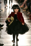 NEW YORK, NY - 19 MEI: Een model loopt de baan in Ralph Lauren Fall 14 de Modeshow van de Kinderen Stock Foto's