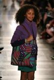 NEW YORK, NY - 19 MEI: Een model loopt de baan in Ralph Lauren Fall 14 de Modeshow van de Kinderen Stock Foto