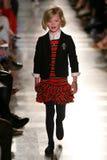 NEW YORK, NY - 19 MEI: Een model loopt de baan in Ralph Lauren Fall 14 de Modeshow van de Kinderen Royalty-vrije Stock Fotografie