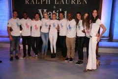 NEW YORK, NY - 19 MEI: Ierland Baldwin, Gigi Hadid en Tyson Beckford stellen met modellen royalty-vrije stock foto
