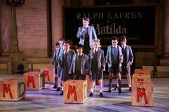 NEW YORK, NY - 19 MEI: Jonge geitjes in Matilda de Musical in Ralph Lauren Fall 14 de Modeshow van de Kinderen Stock Fotografie