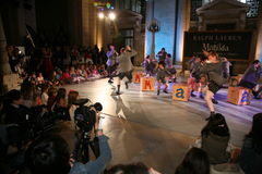 NEW YORK, NY - 19 MEI: Jonge geitjes in Matilda de Musical in Ralph Lauren Fall 14 de Modeshow van de Kinderen Stock Foto's