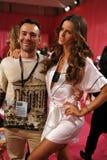 NEW YORK NY - NOVEMBER 13: Modellen Izabel Goulart poserar med vännen på den Victoria's Secret modeshowen 2013 Royaltyfri Fotografi
