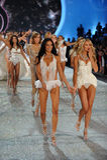 NEW YORK NY - NOVEMBER 13: Modeller går landningsbanafinalen på den Victoria's Secret modeshowen 2013 Royaltyfria Foton