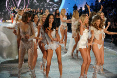 NEW YORK, NY - 13. NOVEMBER: Modellweg das Rollbahnfinale an der Victoria's Secret-Modeschau 2013 Lizenzfreie Stockfotos