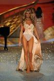 NEW YORK, NY - 13. NOVEMBER: Vorbildliche Candice Swanepoel geht die Rollbahn an der Victoria's Secret-Modeschau 2013 Stockfotografie