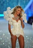 NEW YORK, NY - 13. NOVEMBER: Vorbildliche Candice Swanepoel geht die Rollbahn an der Victoria's Secret-Modeschau 2013 Lizenzfreie Stockfotos