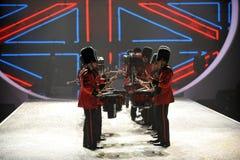 NEW YORK, NY - 13 NOVEMBRE: Batteristi militari britannici che aprono un segmento britannico di invasione della sfilata di moda 20 Immagine Stock