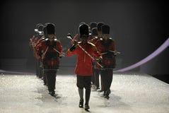 NEW YORK, NY - 13 NOVEMBRE: Batteristi militari britannici che aprono un segmento britannico di invasione della sfilata di moda 20 Fotografie Stock Libere da Diritti