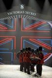 NEW YORK, NY - 13 NOVEMBRE: Batteristi militari britannici che aprono un segmento britannico di invasione della sfilata di moda 20 Fotografia Stock Libera da Diritti