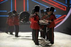 NEW YORK, NY - 13 NOVEMBRE: Batteristi militari britannici che aprono un segmento britannico di invasione della sfilata di moda 20 Fotografia Stock