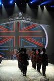 NEW YORK, NY - 13 NOVEMBRE: Batteristi militari britannici che aprono un segmento britannico di invasione della sfilata di moda 20 Immagine Stock Libera da Diritti