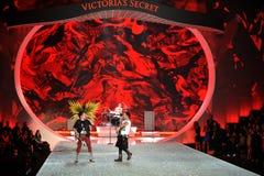 NEW YORK, NY - 13 NOVEMBRE: I musicisti della banda Fall Out Boy eseguono alla sfilata di moda 2013 di Victoria's Secret Fotografie Stock