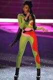 NEW YORK, NY - 13 NOVEMBRE : La jungle au néon de bande de musique exécute sur la piste au défilé de mode 2013 de Victoria's Secre Image stock