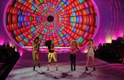 NEW YORK, NY - 13 NOVEMBRE : La jungle au néon exécutent sur la piste au défilé de mode 2013 de Victoria's Secret Image stock