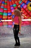 NEW YORK, NY - 13 NOVEMBRE : La jungle au néon exécutent sur la piste au défilé de mode 2013 de Victoria's Secret Photos stock