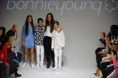 NEW YORK, NY - 19 OCTOBRE : Le concepteur Bonnie Young pose avec Celia Babini, Kyah Cahill et Brando Babini sur la piste Photographie stock