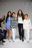NEW YORK, NY - 19 OCTOBRE : Le concepteur Bonnie Young pose avec Celia Babini, Kyah Cahill et Brando Babini sur la piste Photos stock