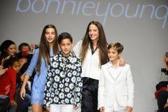 NEW YORK, NY - 19 OCTOBRE : Le concepteur Bonnie Young pose avec Celia Babini, Kyah Cahill et Brando Babini sur la piste Photo stock