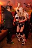 NEW YORK, NY - 31 OCTOBRE : Les invités dans des costumes mascaraed posant à la mode font la fête pendant l'événement de Hallowee Photos libres de droits