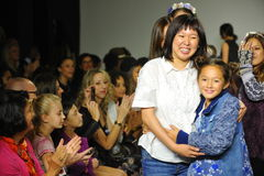 NEW YORK, NY - 18 OCTOBRE : Promenade d'Erica Kim de concepteur que la piste avec des modèles pendant les pasteurs visionnent pré Photos stock