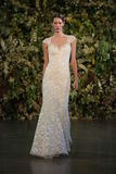 NEW YORK, NY - 10 OCTOBRE : Un modèle marche la piste pendant l'exposition nuptiale de collection de Claire Pettibone Fall 2015 Photos stock