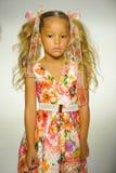 NEW YORK, NY - 18 OCTOBRE : Un modèle marche la piste pendant la prévision d'Alivia Simone à la petite semaine de mode d'enfants  Photo stock