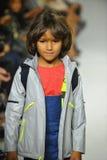 NEW YORK, NY - 18 OCTOBRE : Un modèle marche la piste pendant la prévision de pasteurs à la petite semaine de mode d'enfants de D Photo stock