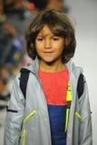 NEW YORK, NY - 18 OCTOBRE : Un modèle marche la piste pendant la prévision de pasteurs à la petite semaine de mode d'enfants de D Images libres de droits