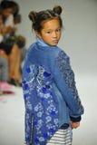 NEW YORK, NY - 18 OCTOBRE : Un modèle marche la piste pendant la prévision de pasteurs à la petite semaine de mode d'enfants de D Photo libre de droits