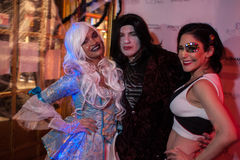 NEW YORK, NY - 31 OKTOBER: De gasten mascaraed binnen kostuums die bij de Manierpartij tijdens Halloween-gebeurtenis stellen Stock Foto