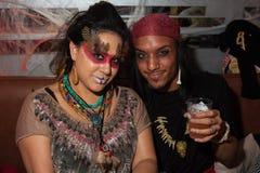 NEW YORK, NY - 31 OKTOBER: De gasten mascaraed binnen kostuums die bij de Manierpartij tijdens Halloween-gebeurtenis stellen Stock Foto's