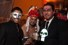 NEW YORK, NY - 31 OKTOBER: De gasten mascaraed binnen kostuums die bij de Manierpartij tijdens Halloween-gebeurtenis stellen Stock Afbeeldingen