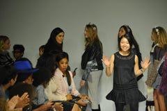 NEW YORK, NY - 18 OKTOBER: De ontwerper Ashley Chang loopt de baan tijdens de Predikantenvoorproef bij tengere de Manierweek van  Stock Fotografie