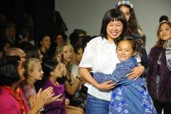 NEW YORK, NY - 18. OKTOBER: Designer-Erica Kim-Weg, den die Rollbahn mit Modellen während der Pastoren vorher sehen Lizenzfreies Stockfoto