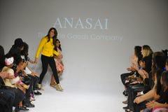 NEW YORK, NY - 18. OKTOBER: Designer Sharreen A Talreja geht die Rollbahn während der Anasai-Vorschau an der petitePARADE Kinderm Lizenzfreie Stockfotos