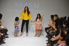 NEW YORK, NY - 18. OKTOBER: Designer Sharreen A Talreja geht die Rollbahn während der Anasai-Vorschau an der petitePARADE Kinderm Stockfotos