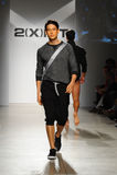 NEW YORK, NY - 21 OKTOBER: Een model loopt de baan de modeshow tijdens van 2 (van X) Mensen van IST Royalty-vrije Stock Afbeeldingen