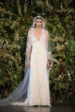NEW YORK, NY - 10 OKTOBER: Een model loopt de baan tijdens Claire Pettibone Fall 2015 de Bruids Inzameling toont Stock Afbeeldingen