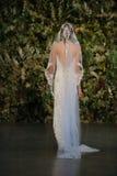 NEW YORK, NY - 10 OKTOBER: Een model loopt de baan tijdens Claire Pettibone Fall 2015 de Bruids Inzameling toont Royalty-vrije Stock Afbeeldingen